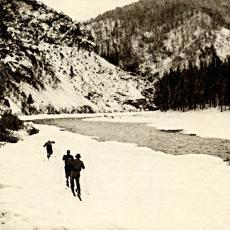 Lyžaři ve Svatojánských proudech na řece