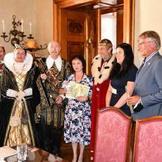 Cenu za počin roku převzaly starostka a místostarostka Obecního úřadu Ražice za Anabázi Josefa Švejka s výstupem v Muzeu železnice