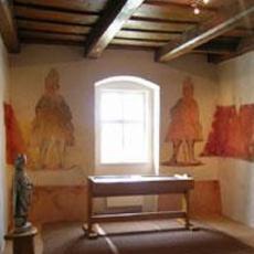 Interiér tvrze z nástěnnými malbami