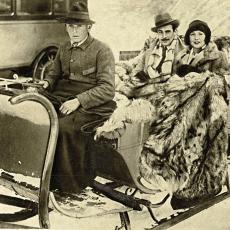 Americké filmové hvězdy na saních: Norma Talmadge s Gilbertem Rolandem