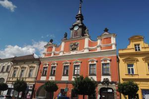 Barokní úprava radnice v Chrudimi se připisuje J.B.Santinimu