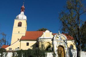 Kostel sv. Martina v Chelčicích je výraznou dominantou obce
