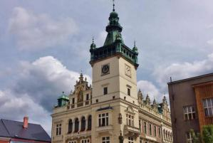 Radnice v Náchodě je vyzdobena podle Mikoláše Alše