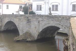 Pod brandýským zámkem stojí renesanční most