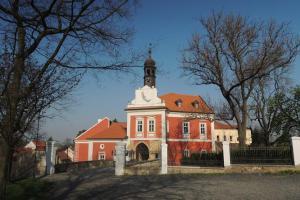 Bývalou tvrz Škvorec založil královský číšník Domaslav ze Škvorce