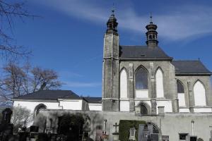 Kostel Všech svatých s kostnicí v Sedlci je unikátní historickou památkou