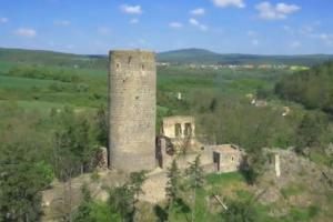 Na konci skalního žebra nad Stroupinským potokem stojí hrad Žebrák