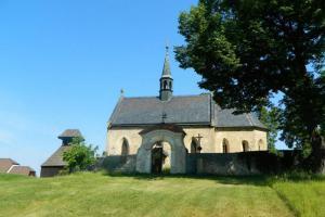 Kostel sv. Mikuláše v Bělči je dominantou obce