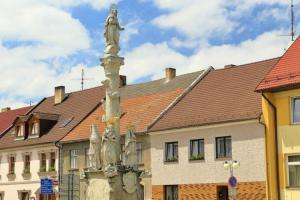 Mariánský morový sloup v Horní Stropnici je významným urbanistickým prvkem