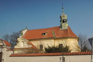 U kostela Nanebevzetí Panny Marie v Lobkovicích je pohřben František Palacký