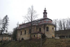 Kostel sv. Jiří v Krnsku stojí ve stínu Stránovského viaduktu