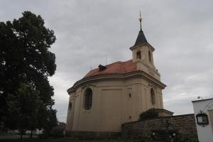 Kostel sv.Petra v okovech ve Velence je dílem Kiliána Ignáce Dienzenhofera