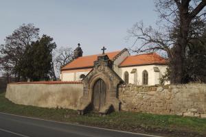 Uprostřed zahrad a vinic stojí osamělý kostelík