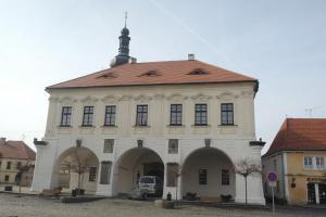 Radnice ve Velvarech je renesančně-barokní stavba