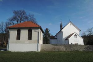 Kostel sv. Fabiána a sv. Šebestiána se nachází na břehu Slapské přehrady