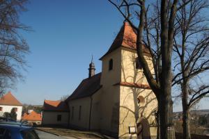 Kostel Povýšení sv.Kříže se nachází v dominantní poloze vedle zručského zámku