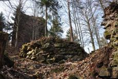 Zříceniny Pernštejna se vypínají nad Hučivým a Malodolským potokem