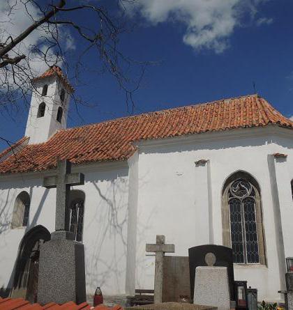 Kostel sv. Brikcí v Dobevi je pozoruhodná středověká stavba
