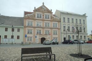 Průčelí radnice v Plané zdobí původní barokní sochy