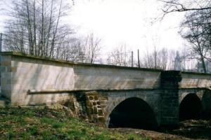 Výzdobu barokního mostu v Budyni nad Ohří zničily tanky