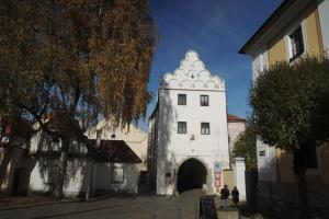 Svinecká brána je nejzachovalejší a nejpěknější branou Třeboně