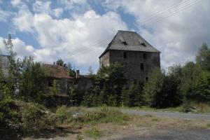 Z tvrze v Čachrově se dochoval věžovitý palác
