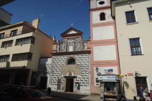 Kostel Povýšení Svatého Kříže v Písku má netradiční orientaci na západ