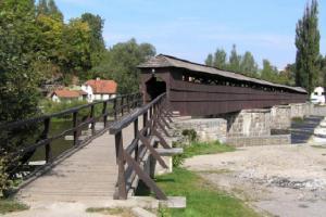 Dřevěná krytá lávka u Českého Krumlova je stará 200 let