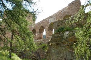 Velhartický hradní most je ojedinělou stavbou v Čechách