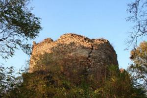 Hrad Opárno je příkladem hradu s plášťovou zdí