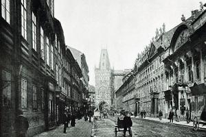 Pohled Hybernskou ulicí k Prašné bráně