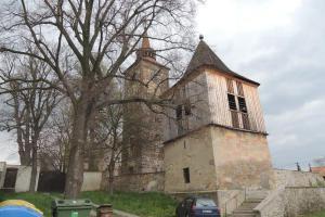 Zvonici u kostela v Plaňanech nechal postavit Šimon Mírek ze Solopysk