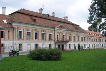 Venkovský zámek Červený Dvůr stojí na místě původního rožmberského letohrádku