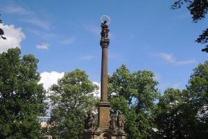 Mariánský sloup je ozdobou náměstí Přemysla Otakara II. ve Vysokém Mýtě