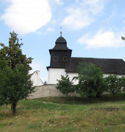 Starobylý kostelík sv. Klimenta je výraznou dominantou obce Jasenice