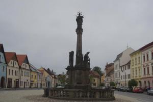 Svatojánský sloup tvoří dominanta náměstí v Plané