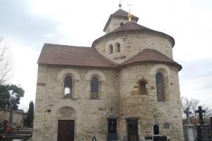 Na okraji Prahy stojí malebný románský kostelík