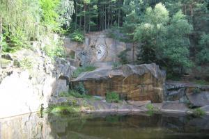 V zatopených žulových lomech poblíž Lipnice nad Sázavou najdeme Národní památník odposlechu