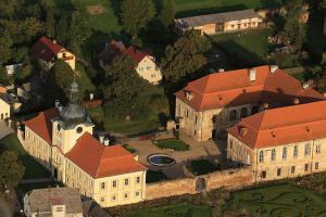 Zámek Nebílovy je barokní vídeňský palác v prostředí českého venkova