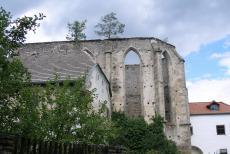Jen torzo kostela s pěti gotickými okny se dnes vypíná nad obcí Kuklov