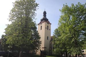 Kostel sv. Václava v Budyni nad Ohří je dominantou náměstí