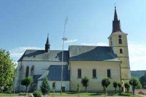 Kostel sv. Ottona s křížem v Deštné založil řád německých rytířů