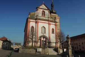 Borskému náměstí dominuje barokní chrám sv. Mikuláše
