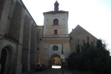 Východní bránu v Jaroměři zdobí jezdecká socha sv.Václava