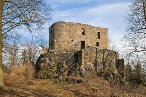 Hrad Vlčtejn stojí na vysoké buližníkové skále