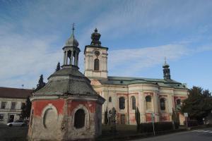 Kostel sv. Petra a Pavla v Bezně je významným poutním místem
