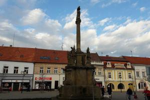 Mariánský sloup v Poděbradech je jedna z dominant významně dotvářející prostor náměstí