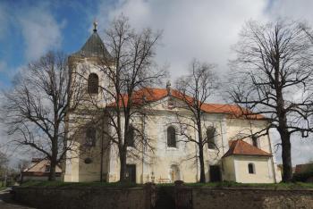 Kostel Nanebevzetí Panny Marie v Netvořicích je dominantou obce