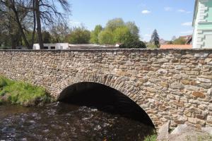 Přes mlýnský náhon v Horažďovicích se klene barokní most