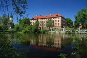 Zámek Libochovice je barokní perla na břehu řeky Ohře